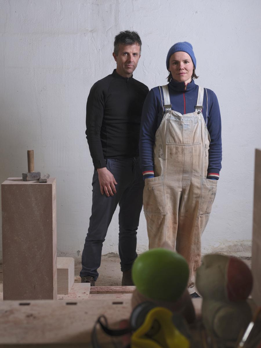 Bildhauerei KloppTokk arbeitet an Skulpturen aus Sandstein genannt Die Schwimmer