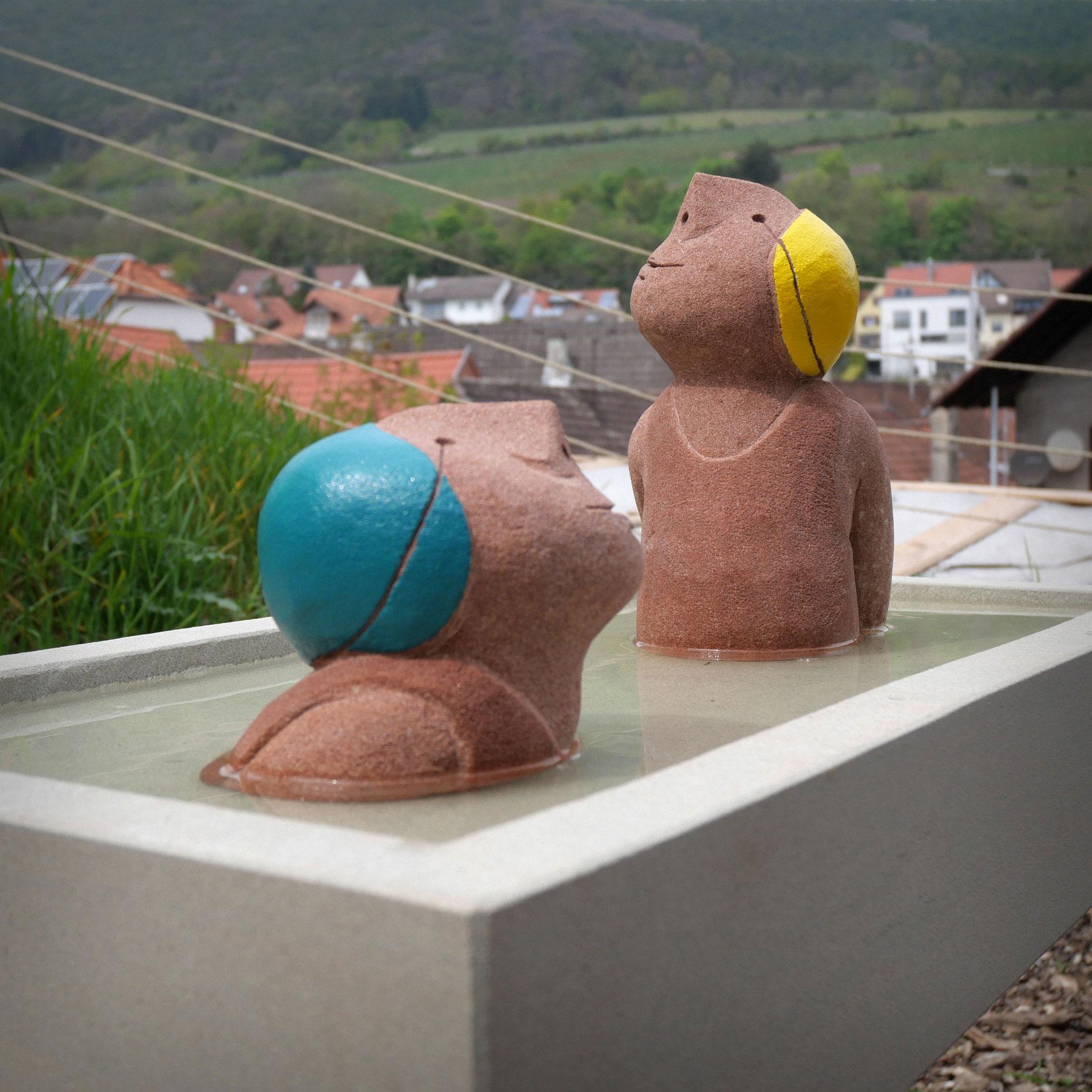 Ensemble aus Schwimmer Wasserbecken und Sockel Skulptur für den Innenraum und den Außenbereich